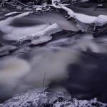 Mjukt vatten i mörkret vatten mjukt fors