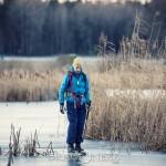 Kontrasternas dag vinter svamp skridskor mossa is frost