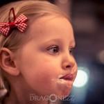 Melle tjej söt skratt porträtt popcorn minellie Melle liten leker kanin glad fundersam barn
